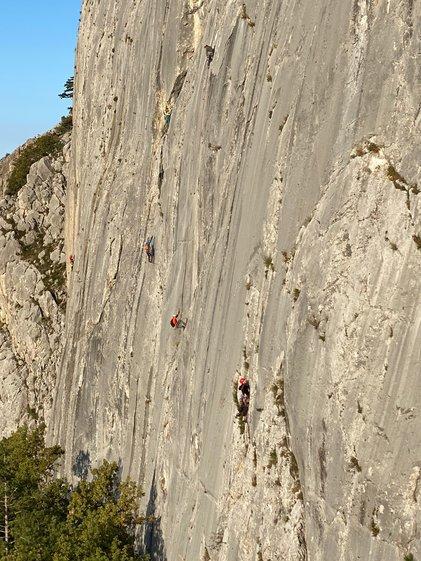 На скальных массивах Южного берега Крыма начался скальный класс чемпионата России по альпинизму.